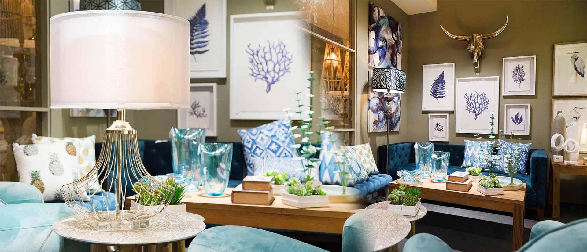 sofa cuadros y cojines azules