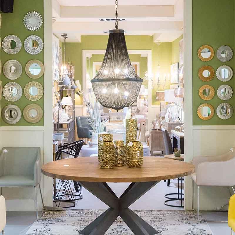ambiente de decoracion con mesa y lampara